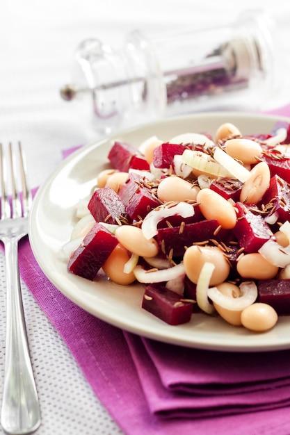Salade De Betteraves Aux Haricots Blancs, Cornichons Et Oignons Photo Premium