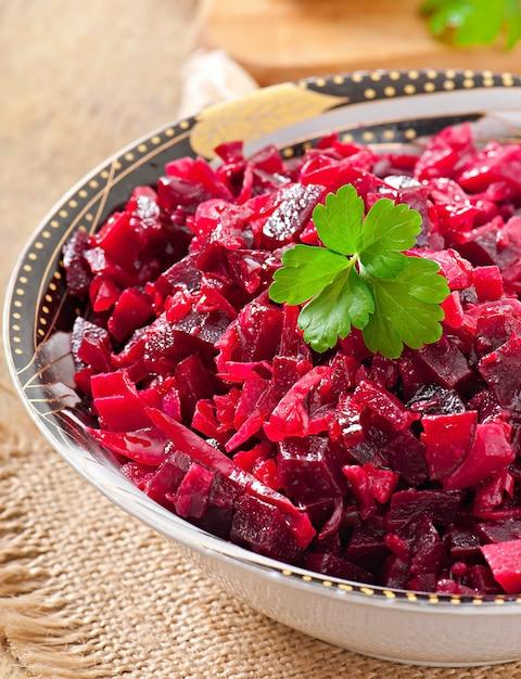 Salade De Betteraves Vinaigrette Dans Un Bol En Bois Photo gratuit