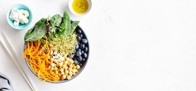 Salade de bol bouddha avec des légumes frais Photo Premium