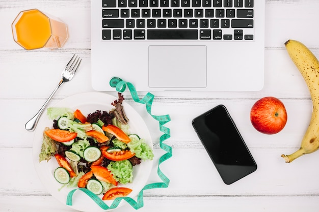 Salade sur le bureau Photo gratuit