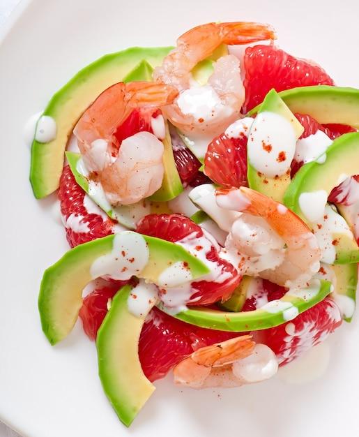 Salade De Californie - Un Mélange D'avocat, De Pamplemousse Et De Crevettes, Assaisonné De Yogourt Au Poivre De Cayenne Photo gratuit