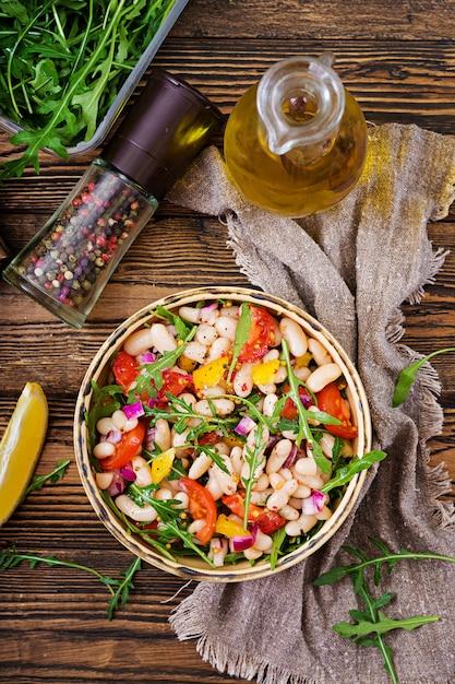 Salade De Cannellini Aux Haricots Blancs. Salade Végétalienne. Menu Diététique. Mise à Plat. Vue De Dessus. Photo Premium