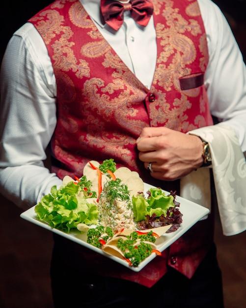 Salade capitale dans l'assiette Photo gratuit