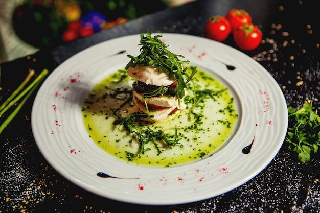 Salade Caprese En Couches Avec Mozzarella, Tranches De Tomate Et Roquette Photo gratuit