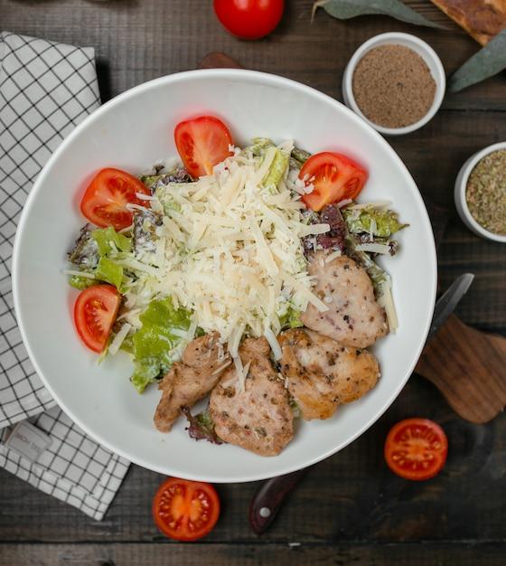Salade césar au filet de poulet Photo gratuit