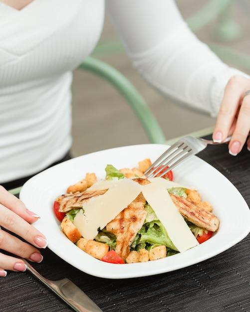 Salade césar au poulet dans l'assiette Photo gratuit