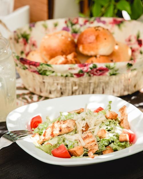 Salade césar au poulet Photo gratuit