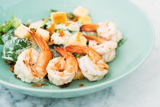 Salade césar aux crevettes ou aux crevettes Photo gratuit