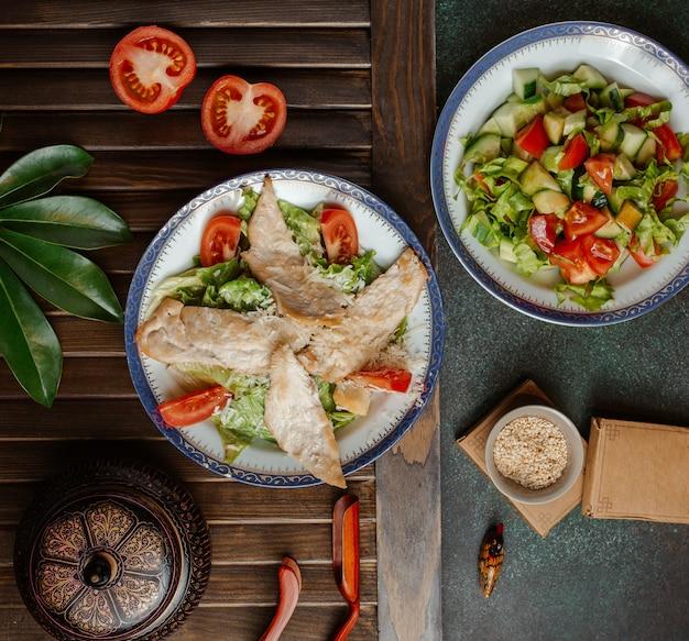 Salade césar et légumes avec beaucoup de verdure .image Photo gratuit