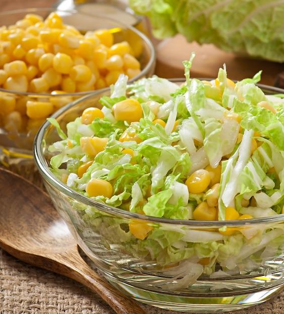 Salade De Chou Chinois Au Maïs Sucré Dans Un Bol En Verre Photo gratuit