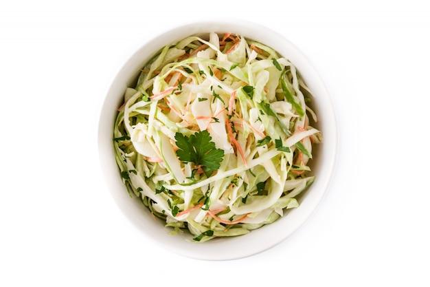 Salade De Chou Dans Un Bol Blanc Isolé Sur Blanc, Vue De Dessus Photo Premium