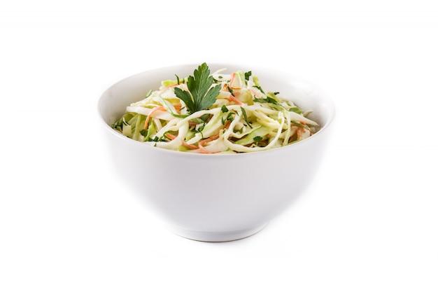 Salade De Chou Dans Un Bol Blanc Isolé Sur Blanc Photo Premium