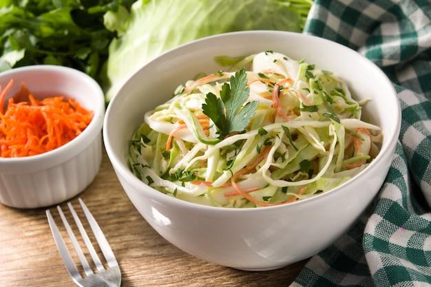 Salade De Chou Dans Un Bol Blanc Sur Une Table En Bois Photo Premium