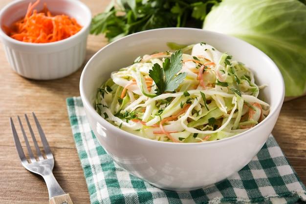Salade De Chou Dans Un Bol Blanc Photo Premium