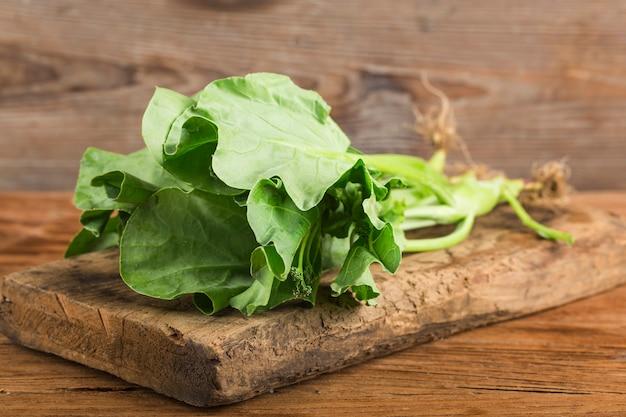 Salade de chou frais sur table en bois Photo Premium