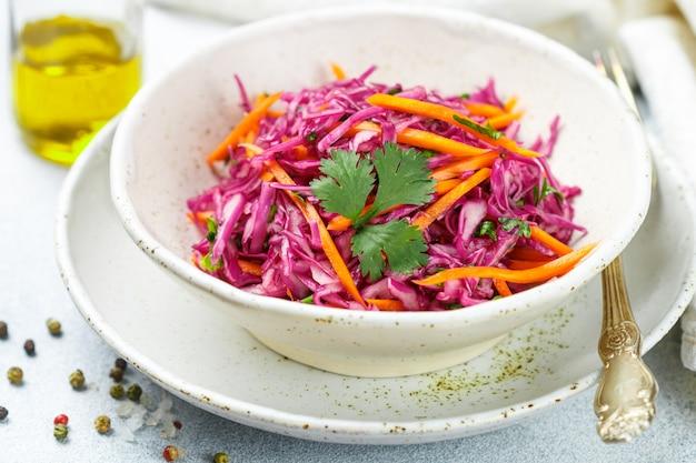 Salade de chou rouge aux carottes, fines herbes et vinaigrette à l'huile d'olive et au jus de citron. salade de chou. salade de chou Photo Premium
