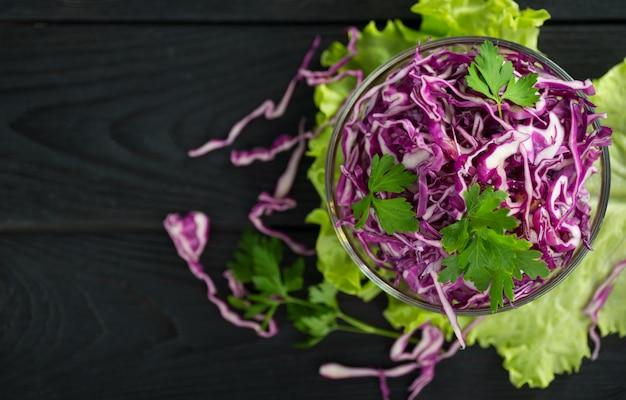 Salade De Chou Rouge Végétarien Photo Premium