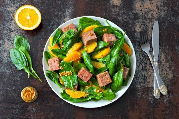 Salade colorée saine au saumon fumé, aux épinards et à l'orange Photo Premium