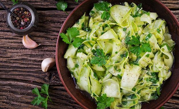 Salade De Courgettes Marinées Aux épices Photo gratuit