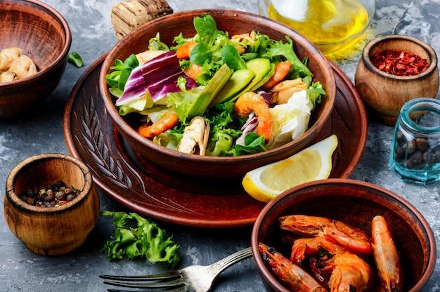 Salade De Crevettes Et Moules Photo Premium
