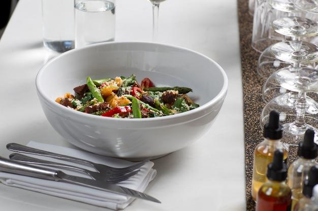 Salade dans les plats Photo Premium
