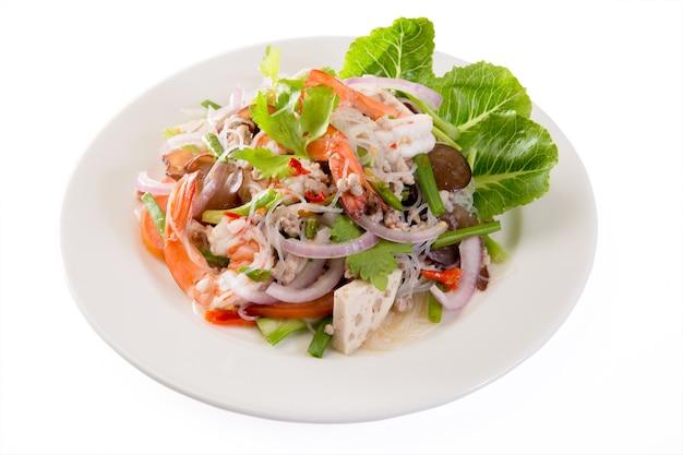 Salade épicée Aux Nouilles Et Aux Haricots Mungo Photo Premium