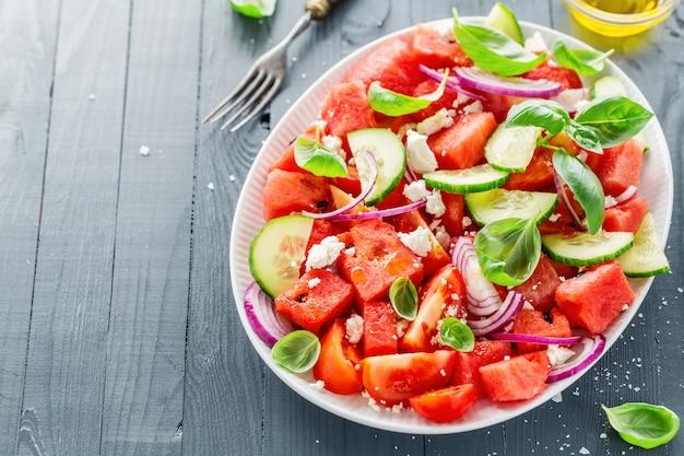 Salade estivale avec melon d'eau et feuilles de salade Photo Premium