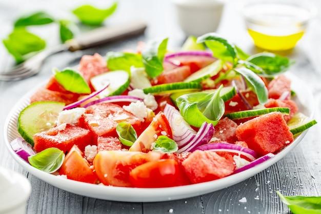 Salade d'été à la pastèque et aux feuilles de salade Photo Premium