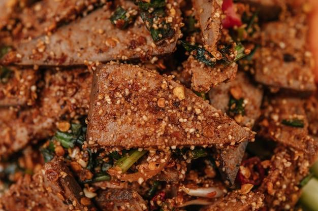 Salade De Foie De Porc Avec Chili, Riz Rôti, Oignon Nouveau, Carotte Et Concombre. Photo gratuit