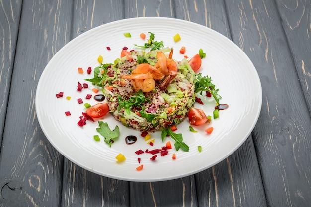 Salade Fraîche Aux Légumes, Grains Germés Et Crevettes Photo Premium