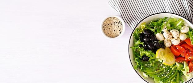 Salade Fraîche D'avocat, Tomate, Olives Et Mozzarella Dans Un Bol Photo gratuit