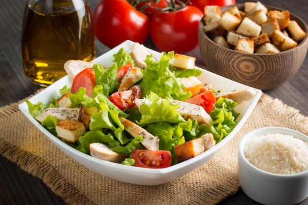 Salade Fraîche Avec Une Délicieuse Poitrine De Poulet, Ruccola, épinards, Chou, Roquette Et Tomate Photo Premium