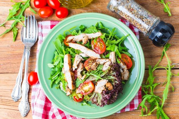 Salade fraîche avec poitrine de poulet, rugule et tomate. vue de dessus Photo gratuit