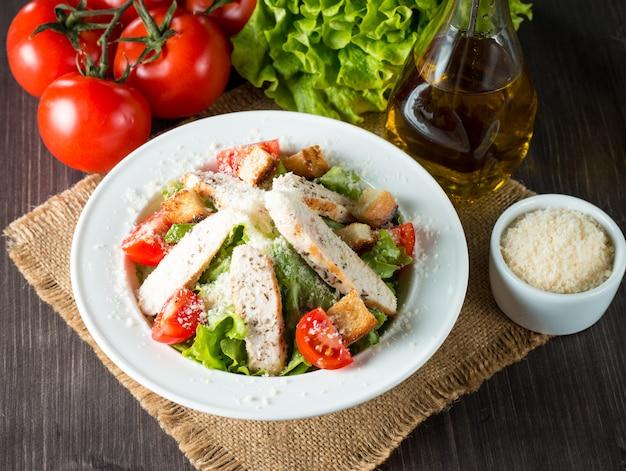Salade fraîche sur une table en bois Photo Premium