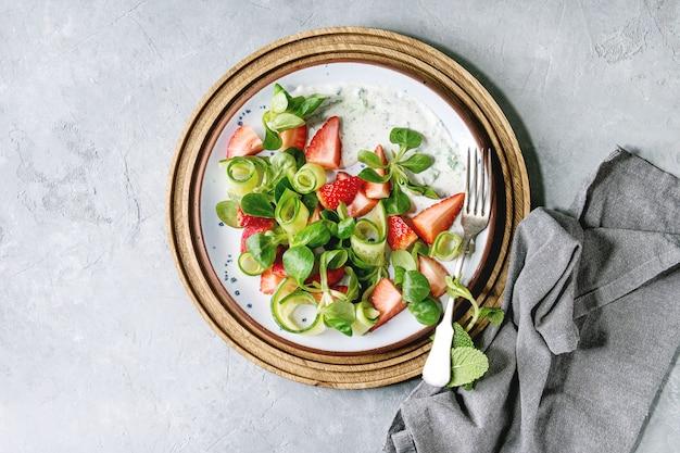 Salade fraise-concombre Photo Premium