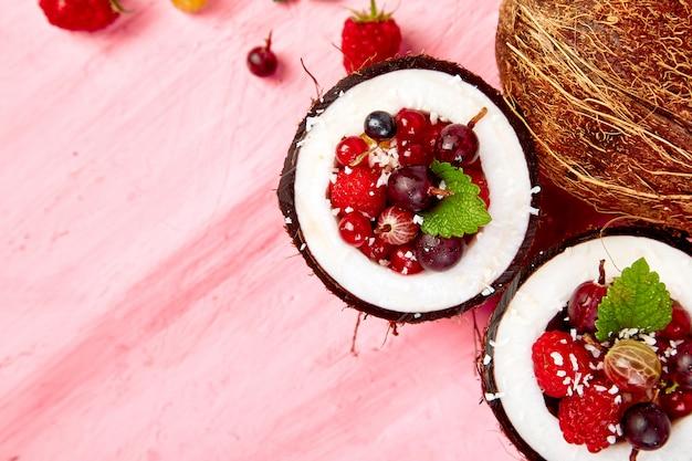 Salade de fruits agrus, groseille, framboise à la noix de coco Photo Premium