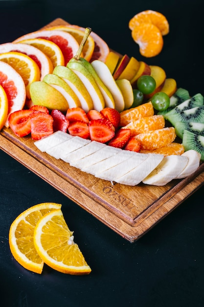Salade De Fruits Aux Bananes Fraises Mandarines Oranges Et Poires Photo gratuit