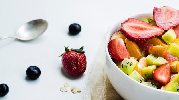 Salade de fruits et baies sur table Photo gratuit