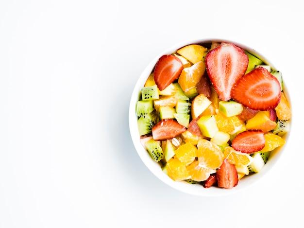 Salade de fruits dans un bol Photo gratuit