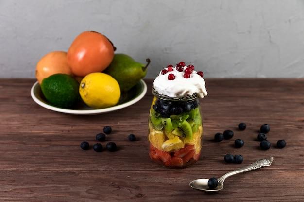 Salade de fruits frais sur une table en bois Photo gratuit
