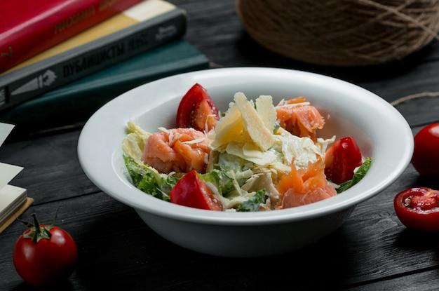 Salade De Fruits De Mer Aux Crabes, Cerises Et Verdure Avec Du Fromage Sur Le Dessus Photo gratuit