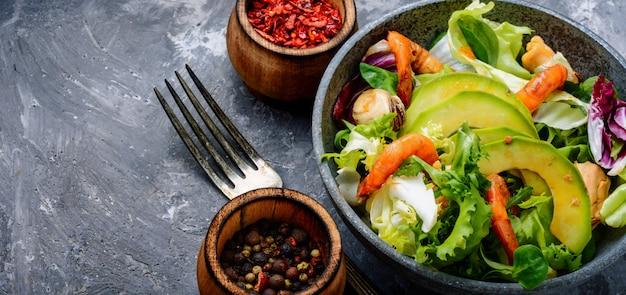 Salade De Fruits De Mer Aux Crevettes Photo Premium