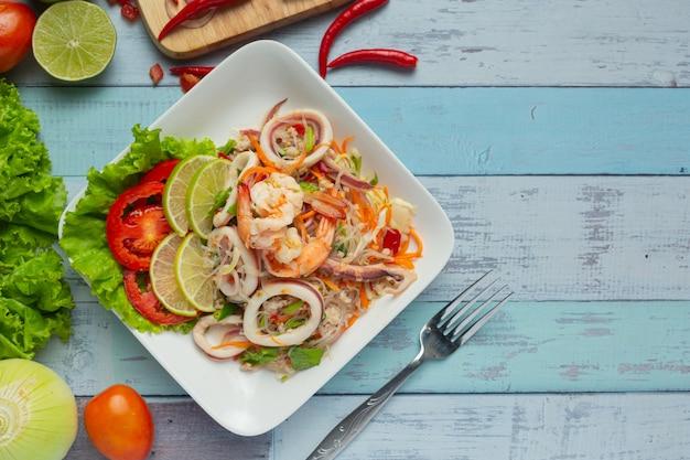 Salade De Fruits De Mer épicée Avec Des Ingrédients De La Cuisine Thaïlandaise. Photo gratuit