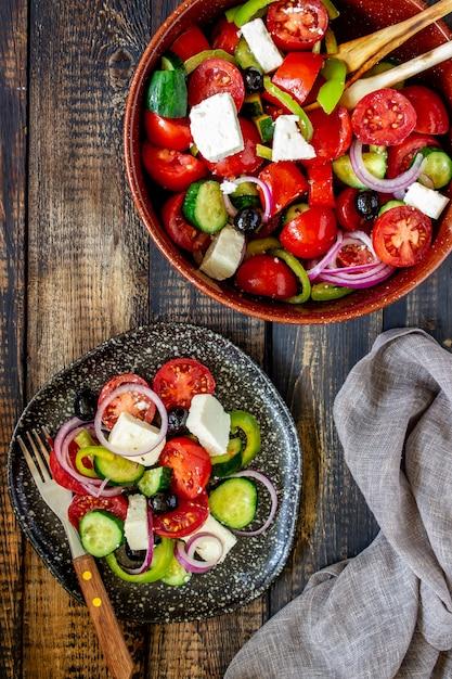Salade grecque sur un bois Photo Premium