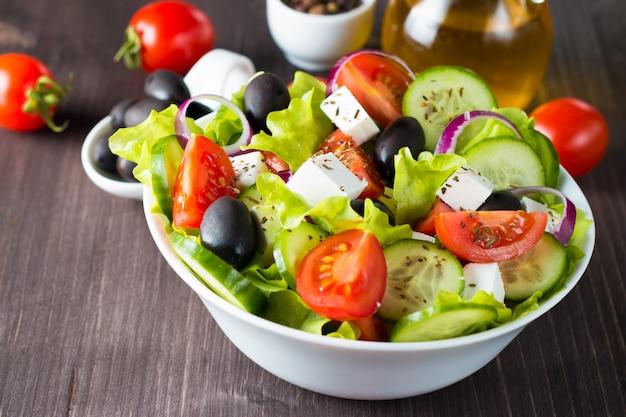 Salade grecque fraîche sur fond en bois. Photo Premium