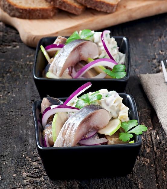 Salade De Hareng à L'oignon Et à La Pomme Verte Photo Premium