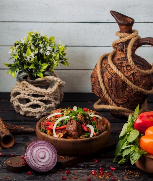Salade Kebab D'agneau Mélangée Avec Des Tomates, Des Tranches D'oignon Et Des Herbes Fraîches Photo gratuit