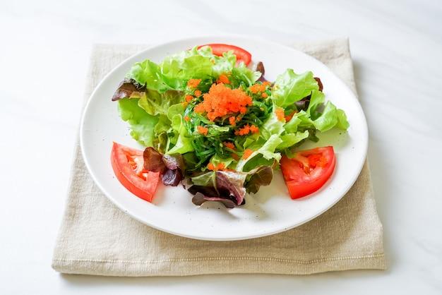 Salade De Légumes Aux Algues Japonaises Et œufs De Crevettes Photo Premium