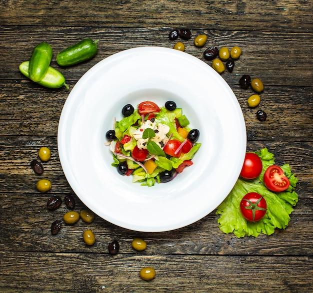 Salade de légumes aux olives à l'intérieur Photo gratuit