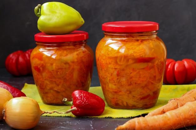 Salade de légumes de carottes, poivrons, oignons et tomates Photo Premium